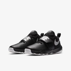 Nike Team Hustle Big Kids' Basketball Shoe sz 6.5Y